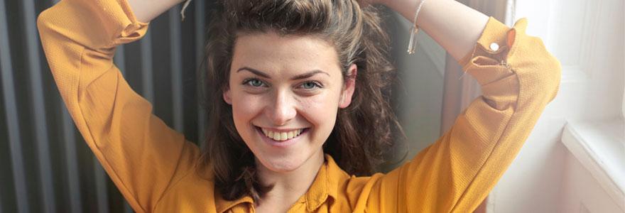 Photo d'une femme tout sourire (peut être après avoir vendu son sac ?)